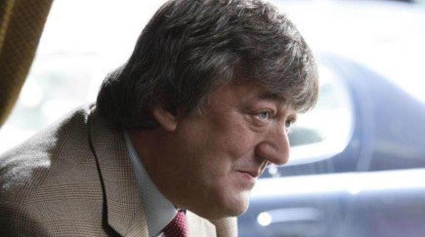 Stephen Fry sera Mycroft dans Sherlock Holmes 2